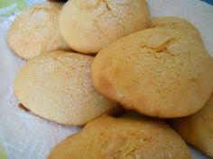 """Biscotti abruzzesi """"Li rimbizze"""" 4 uova intere 150 gr. di zucchero 100 gr. di latte 50 gr. di olio extra vergine d'oliva la buccia grattugiata di un limone un pizzico di cannella 500 gr. di farina 00 10 gr. di ammoniaca"""