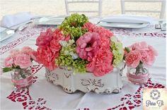 El centro de mesa, con claveles, hortensias, lisianthus y clavelinas