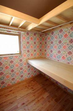 ウォークインクローゼットのクロスはカラフルな柄を選びました。 遊び心のあるクロスを取り入れて、出入りするたびに楽しくなりそうな空間になりました。 #寝室 #ワンポイントクロス #ウォークインクローゼット #工藤工務店 Papel Contact, Storage, Closets, Furniture, Home Decor, Laundry Room, Purse Storage, Armoires, Decoration Home
