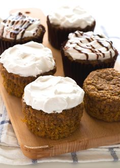 I'm in love with these vegan carrot cake cupcakes, they are much healthier and lighter than traditional cupcakes and they taste amazing. Vegan Sweets, Healthy Sweets, Vegan Desserts, Vegan Recipes, Dessert Recipes, Dessert Ideas, Cake Recipes, Healthy Eating, Carrot Cake Cupcakes