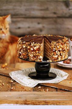 Tort Ormiański składniki na ciasto:      375g mąki     75g mielonych orzechów laskowych lub włoskich     2 łyżeczki proszku do pieczenia     2 razy na czubku noża sody     185g miodu     185g cukru     3 jajka  składniki na krem:      200g masła     250g serka mascarpone     300g cukru     4 jajka, małe     4-5 łyżeczek kawy rozpuszczalnej...