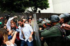 O deputado da oposição venezuelana, Juan Requesens, no protesto contra a decisão da Suprema Corte de assumir as funções legislativas do Congresso - 30/03/2017