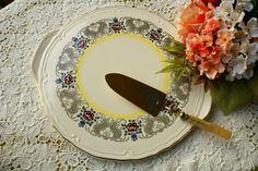 Zauberhafte Tortenplatte in Vanille Farbe aus den 50er.   Sehr gut erhalten!