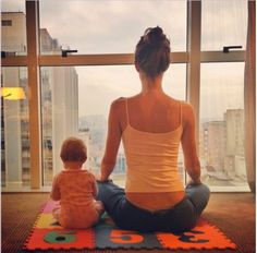 #MammaeFiglia - La top #model #GiseleBundchen è una grande appassionata di #yoga. In una delle ultime immagini pubblicate, la Bundchen è seduta con le gambe incrociate davanti ad una enorme vetrata: la figlia le siede accanto nella stessa posizione. Non è la prima volta che la Bundchen medita e pratica yoga insieme alla bambina, condividendo poi le sue tenere foto sui social. #Motheranddaughter