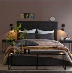 Pour la décoration d'une chambre d'adulte, couleur taupe pour la peinture murale associée à une tête de lit et sa literie de couleur chocola...