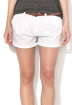 pantaloni scurti albi - Silvia Bravo ai stil White Shorts, Floral, Women, Fashion, Embroidery, Moda, Fashion Styles, Flowers, Fashion Illustrations