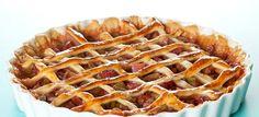 Lækker og enkel opskrift på dejlig rabarbertærte med en hjemmelavet tærtedej fyldt med skønne rabarber, vanille og sukker. Se opskriften lige her.