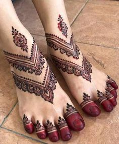 Find out the best bridal mehndi designs for foot and legs. Choose from the easy mehndi design images shown here with different patterns of floral, peacock, leaf-like. Henna Hand Designs, Mehndi Designs Finger, Legs Mehndi Design, Mehndi Designs For Beginners, Modern Mehndi Designs, Mehndi Designs For Fingers, Mehndi Design Photos, Mehndi Designs For Hands, Henna Tattoo Designs