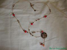 Maravilhoso colar com contas vermelhas e tons de marrom, com pingente de casca coco. R$ 27,90