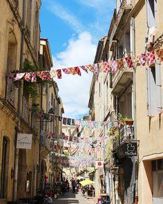 La rue Alexandre Cabanel et ses jolis fanions  . .  VISIT'INSOLITE  visite guidée .  Montpellier (34) _________________ #visitinsolite #montpellier #patrimoine #culture #artisanat #art #artcontemporain #gastronomie #travel #blogtravel #travelblog #ecusson #pintademontpellier #galerie