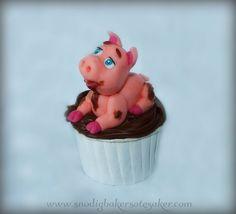Happy as a pig in mud! Fondant pig having a bath in fudge :D www.snodigbakersotesaker.com