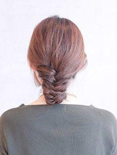 こちらは、基本のフィッシュボーンができていれば、すぐにできちゃいます! 最後に毛先を後ろに折り込んで、ピンで固定しているだけ。 ながーい髪の毛もこれならスッキリ。イメージチェンジもできるかも。