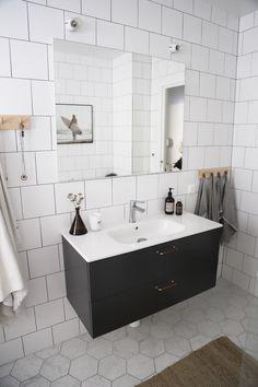 Badrum med kommod från Ballingslöv Bathroom Inspo, Bathroom Inspiration, Double Vanity, Interior, Bath Time, Ikon, Instagram, Retro, Diy Room Decor
