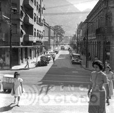 Essa foto foi tirada nas escadarias da entrada da Igreja de São João Batista na Voluntários da Pátria e mostra bem a esquina da Voluntários com a Rua da Matriz. A foto é de 1959.