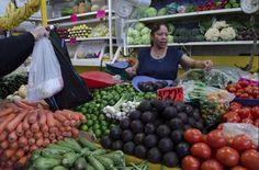 Dependiendo de donde vidas y en cual temporada, puedes tener vegetales y frutas frescas cerca de ti. Muchas pueden ser compradas en tu supermercado local y en algunas verdulerías o mercados locales. Pero siempre trata de comprar en un mercado local mientras puedas. Si no puedes encontrar o pagar por lo orgánico, o conseguir producción …
