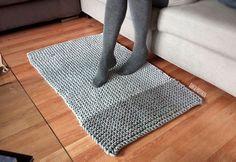 Casi siempre te enseño proyectos de trapillo tejidos a crochet pero también puedes tejerlo con dos agujas.   Desde que...