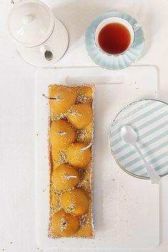 Hoy necesitamos ponerle un poco de dulce a nuestro paladar, y como el frío nos pide calentar un poco la casa, vamos a hornear una tarta de peras al azafrán. Es una tarta de fácil preparación, que se puede hacer con un par de días de antelación y montarla en el momento de servirla. Estamos seguros de que os va gustar. Para esta tarta tendremos que hacer una pasta quebrada (pâté brisée). Si ya tenéis la receta de esta masa podéis usarla o, incluso, utilizar la que se vende en el mercado, ...