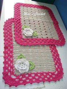 Jogo de 2 tapetes para banheiro de croche feito com barbante de ótima qualidade.  Pode ser feito em várias combinações de cores. Crochet Mat, Crochet Squares, Cute Crochet, Crochet Toys, Crochet Placemat Patterns, Crochet Tablecloth Pattern, Knitting Patterns, Crochet African Flowers, Learn To Crochet