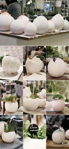 Eine Pflanzschale in Form eines kaputten Ei. Ganz einfach zum selber machen und alles was du dafür brauchst ist ein Luftballon und etwas Gips. Concrete Crafts, Concrete Projects, Diy Projects To Try, Craft Projects, Diy Ostern, Ideias Diy, Deco Floral, Paper Mache, Easter Crafts