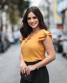 La imagen puede contener: 1 persona, exterior y texto African Fashion Dresses, Fashion Outfits, Womens Fashion, Blouse Styles, Blouse Designs, Sleeve Designs, Frocks, Cute Outfits, Lady
