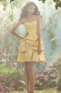 Viste a tus damas de honor con la alta costura oficial de Disney.   33 maneras sutiles de agregar tu amor por Disney en tu boda