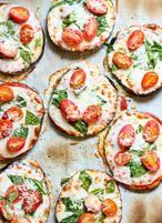 Aubergine Pizza! Glutenfrei. Du brauchst folgende Zutatetn: 2 goße Auberginen, Tomaten Sauce, Pizzakäse oder Mozzarella,  Cherry Tomaten, Blattspinat, Salz und Pfeffer
