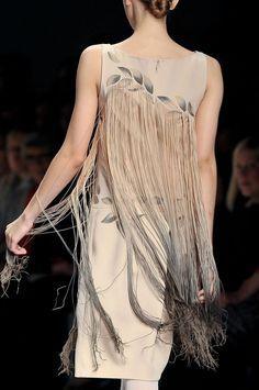 Ropa de moda con flecos con las manos Dusty Rose Hair, Fringe Fashion, Fashion Details, Fashion Design, Altered Couture, Fringe Dress, Textiles, Blouse Dress, Dress Suits