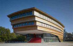 Deze school heeft een mooie vorm en de kleuren passen goed bij elkaar!!