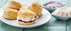 Makkelijk recept voor de typische Engelse kleine zoete broodjes met jam en slagroom