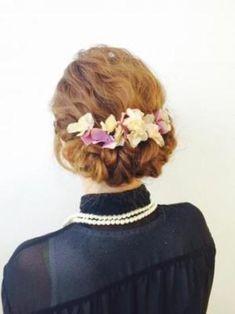 特別な日のドレスを美しく見せてくれるヘアアレンジとして、ウェディングの定番です。主役はもちろん、ゲストのヘアアレンジでも素敵ですね。