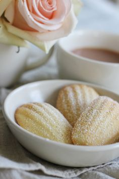 Madeleines parfumées à l'eau de rose et extrait d'amande - Rose Water and Almond Madeleines