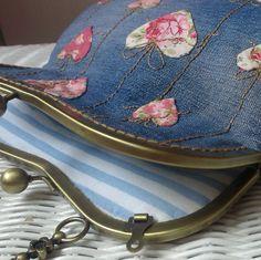 Pro zamilované a milované :o)))))))) Originální džínová kabelka se všitým rámečkovým zapínáním,je dozdobená podhrnutou aplikací a ruční výšivkou. Rozměr kabelky-22cm výška X 28cm šířka v nejširším místě X 6cm dno. Rámeček má dvě očka na ev. přichycení řetízku přes rameno. Bellet desing pro časopis Marina