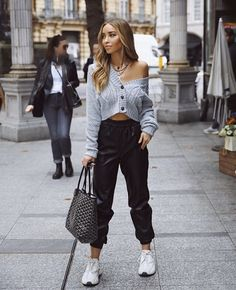 Fashion forward leather joggers pants for winter fashion outfits Leather Leggings Look, Leather Jogger Pants, Black Jogger Pants, Sporty Chic Outfits, Casual Outfits, Cute Outfits, Smart Casual Outfit, Sporty Fashion, Model Outfits