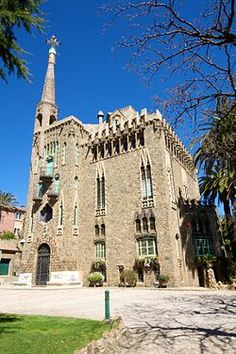 #BCNGuide - Mountain: Bellesguard (Figueres House), Antoni Gaudí (1900-1909). A lovely example of Gaudí's neo-Gothic architecture. Gaudí's marvellous work is now difficult to see due to the pressure of tourism. I strongly recommend the crypt of the church at the Güell Colony in Santa Coloma de Cervelló, near Barcelona (you'll need a car). It's not in the centre and you'll see it directly, with the slight inconvenience of some mediocre refurbishing work that's recently been carried out.  #app