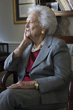 Barbara Bush--think her son, George, is a chip off this old block---more than the daddy block. Used to wish she was president back when Daddy George was in office! Presidents Wives, American Presidents, American History, Conquistador, Barbara Bush, Laura Bush, Bush Family, American First Ladies, Ageless Beauty