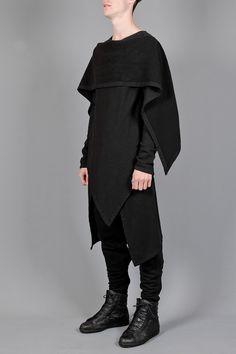 Se que no es lo que necesitamos pues no tiene capucha, pero es para que veamos las formas triangulares.