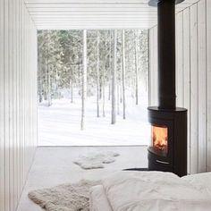 なんて素敵なお部屋なんでしょう! 大きな窓からは一面森が見えています。暖炉の光がなんともいえず、心惹かれる一枚ですね。