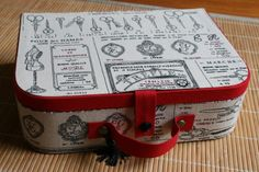 Je ne me lasse pas : Faire des valisettes, c'est un vrai bonheur, on est jamais déçu du résultat . Cette fois, j'ai utilisé un tissu imprimé couture qui rappelle les anciennes publicités. J'ai décidé de donner à ma valise un coté Vintage que j'affectionne...