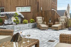 På fremsiden av hagen, ut mot veien, er omlag 60 kvadratmeter belagt med Multimix. I motsatt ende er en terasse på omlag 25 - 30 kvadratmeter. På baksiden av huset er en stor, god plen, #ModenaFliser #Multiblokk