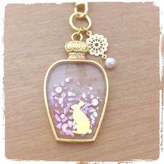 香水ビン キーホルダー(ウサギ・ピンク)画像1 Moon Jewelry, Resin Jewelry, Cute Jewelry, Diy Jewelry, Jewelery, Handmade Jewelry, Jewelry Design, Jewelry Making, Uv Resin