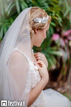 Tocado de brillantes cristales para la novia moderna, desde Feztiva.com