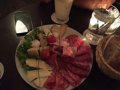 Il tagliere di mezzanotte con un team da sogno, grazie ragazzi !! #food #madeinitaly #starter #munich #germany #italianfood #weissbier
