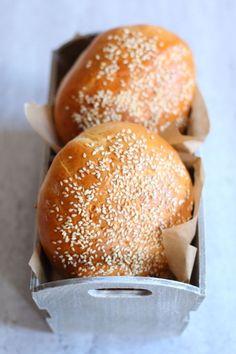 Bułki do hamburgerów : Składniki na bułki do hamburgerów: 500g mąki pszennej 10 g świeżych drożdży 250 ml ciepłego mleka 1 jajko 2 łyżki oliwy 1 łyżeczka cukru 1 czubata łyżeczka. Przepis na Bułki do hamburgerów Food And Drink, Favorite Recipes, Bread, Cooking, Kitchen, Thermomix, Brot, Kitchens, Baking