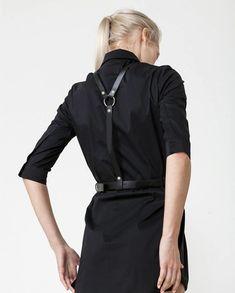noir and harness-brace Diy Leather Harness, Leather Belts, Fashion Designer, Dark Fashion, Style Me, Grunge, Womens Fashion, Fashion Trends, Street Style