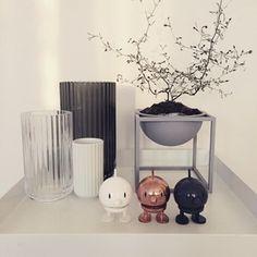 #byLassen #KubusBowl small hell grau - Der Kubus Bowl basiert auf Originalentwürfen von Mogens Lassen, und beinhaltet Elemente, die aus der Bauhaus-Schule stammen, eine von Mogens Lassen Hauptinspirationen. Der Kubus Bowl wird in Dänemark produziert, mit Schwerpunkt auf hohe Qualität und solider Handwerkskunst. Er ist wasserbeständig und kann als Blumen- oder Kräutertopf benutzt werden, als Obstschale oder für die Lieblingssüßigkeiten. #Kontor1710