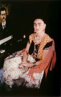 Frida junto al retrato de su padre.