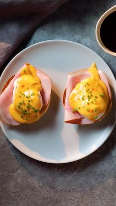 If you are looking for a staple breakfast or brunch dish that anyone can make, you have come to the right place. You'll never mess up a poached egg again, this quick and easy eggs benedict recipe will Brunch Dishes, Brunch Recipes, Breakfast Recipes, Mexican Breakfast, Burger Recipes, Dinner Recipes, Healthy Desayunos, Dinner Healthy, Easy Eggs Benedict