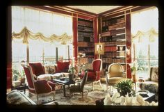 An iconic interior by Albert Hadley. The use of many types of seating, chintz upholstery and some chinoiserie is what we are looking to add to your living room. Albert Hadley, Magical Room, Library Room, World Of Interiors, Country Style Homes, Drawing Room, Beautiful Homes, Beautiful Things, Interior Design Inspiration