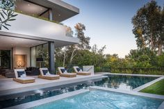 Amalfi Drive Residence by O plus L Located in Pacific Palisades, California, this luxury two-storey house was designed in 2016 by O plus L.