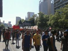 Miles de estudiantes chilenos volvieron a marchar este jueves en Santiago (capital) y varias regiones del país, por una educación gratuita y de calidad, además de forma simbólica por las venideras elecciones presidenciales y parlamentarias. (Vía: Twitter)